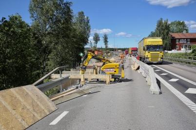20 juni 2017 - Arbetet med E18-bron genomfördes med trafiken alldeles bakom ryggen.