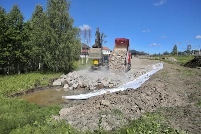 27 juni 2017 - Det grävdes och fylldes på med bergmassor i samband med bygget av nya vägsystemet vid Älverud.