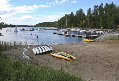 6 juli 2017 - I Sandviken låg kanoterna på sandstranden, redo för uthyrning.