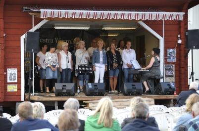 9 juli 2017 - Och kören Holy Inspiration sjöng från scenen på torget, som avslutning på Töcksmarksveckan 2017.