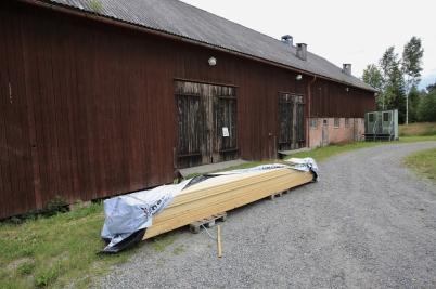 """21 juli 2017 - Vid verket anlände virke för renoveringen av """"Kulturladan."""