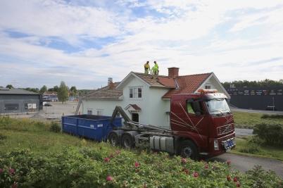 24 juli 2017 - Rivningen av Saugbrugs-foreningens kontor på Älverud påbörjades.