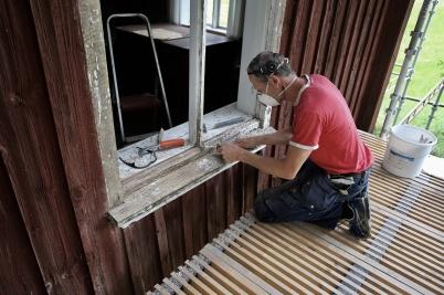 26 juli 2017 - I Långelanda påbörjades renoveringen av Tingshusets fönster.