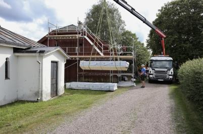 31 juli 2017 - Och virke anlände för renoveringen av Tingshusets tak.