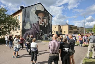 1 augusti 2017 - Gatukonstfestivalen Artscape gästade Årjäng, vilket fick många att stanna till och beskåda de stora konstverken som växte fram på husväggarna.