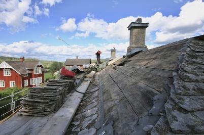 1 augusti 2017 - I Långelanda hade renoveringen av tingshusets tak startat.