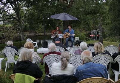 12 augusti 2017 - Emil Nerstrand och Evelina Gustafsson sjöng och spelade i trägårn vid Restaurang Waterside i Töcksfors, också detta en del av Allsköns Musik.