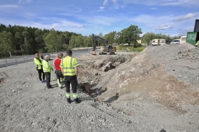 15 augusti 2017 - Och vid vägbygget på Älverudsområdet planerade man sänkning av avloppsledningen till shoppingcentret.