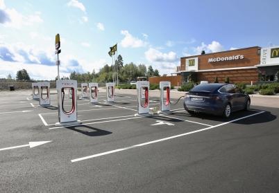 16 augusti 2017 - Ägare av Tesla-bilar fick 12 nya laddningsplatser vid Handels-parken.
