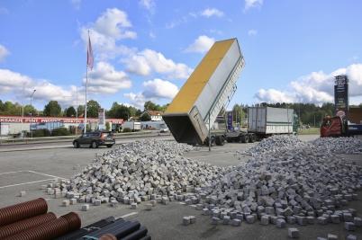 17 augusti 2017 - Det anlände mängder av gatsten från Udevalla, till vägarbetet vid Älverud.