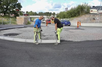 21 augusti 2017 - Vid vägbygget på Älverudsområdet påbörjades arbetet med stensättning.