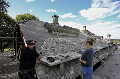 23 augusti 2017 - I Långelanda fortsatte renoveringen av tingshusets tak.