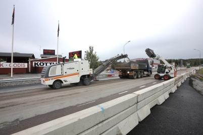 31 augusti 2017 - På E18 fräste man bort asfalt för att få jämnare underlag inför kommande asfaltering.
