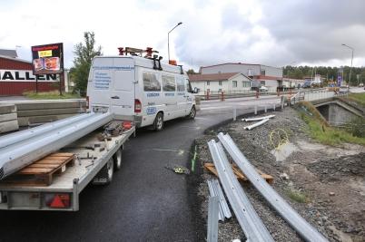 13 september 2017 - Vid nya utfarten från Älverud satte man upp nya vägräcken.
