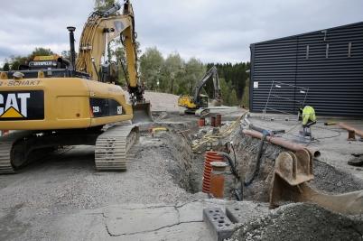 21 september 2017 - Och vid Älverud jobbade man med sänkning av avlopps-ledningen till shoppingcentret.