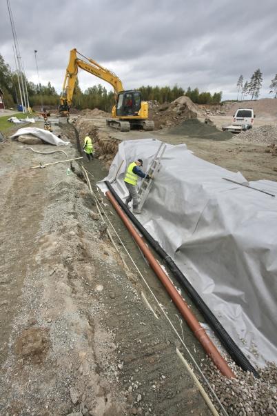 22 september 2017 - Vid Hagavallen fortsatte arbetet med läggning av dräneringsrör runt området där nya konstgräsplanen skall ligga.