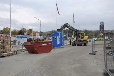 26 september 2017 - Vid Älverud började man plocka bort de gamla skyltarna på E18.
