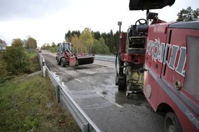 4 oktober 2017 - Vägbanan gjordes klar efter reparationen av E18-bron vid Turistgården.