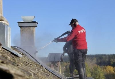 9 oktober 2017 - I Långelanda slutförde man renoveringen av tingshusets tak.