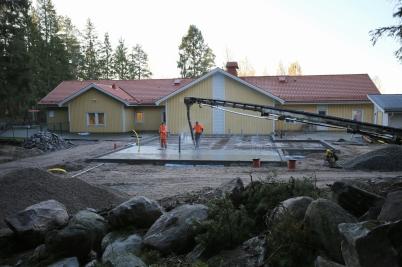 18 oktober 2017 - Vid Junibacken göt man bottenplattor.
