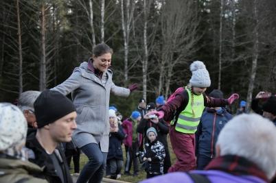 17 november 2017 - Och i Glaskogen vandrade Kronprinsessan Viktoria tillsammans med skolbarn och flera hundra vuxna.
