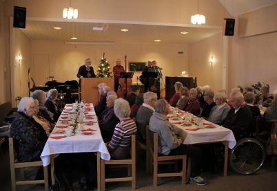 13 november 2017 - Kyrkorna i Töcksfors ordnade grötfest i Pingstkyrkan, med utdelning av julblommor.