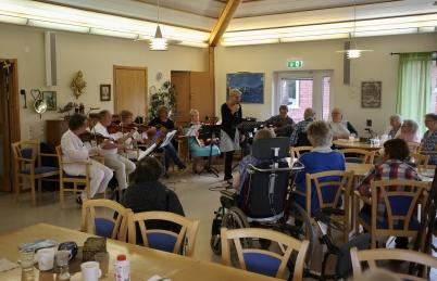 12 augusti 2017 - Solgården fick besök av Gråbols Gårdsorkester som spelade och sjöng för de äldre, även detta en del av Allsköns Musik.