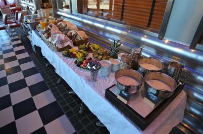 Personalen på Joés Diner dukade upp en fräsch frukostbuffé för mässans utställare.