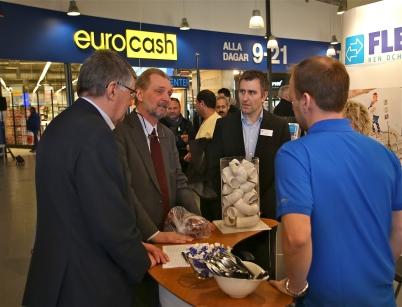 Kjell Ericsson, Axel Wernhoff Sveriges ambassadör i Oslo och Hans Norén Årjängs kommuns Näringslivs-utvecklare, bekantade sig med företagen i mässan.