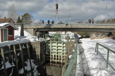 20 mars 2006 - Portarna vid övre slussen transporteras till Kristinehamn för renovering, foto : Walter Christofferson.