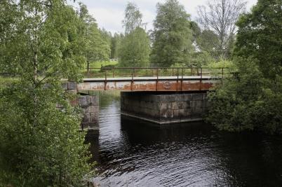 Även den gamla landsvägsbron från 1915 borde få lite omtanke, men det är inte Trafikverkets ansvar.