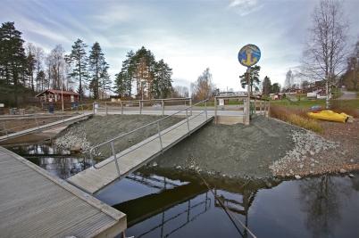31 oktober 2016 - Låg vattennivå i Foxen, då passade Båtklubben på att förstärka kajen vid Gästhamnen.