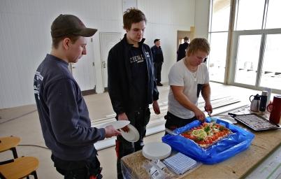 17 februari 2017 - Båtklubben Rävarna firade att nya klubbstugan snart är färdig med att bjuda snickarna på smörgås-tårta, kaffe och hembakt kaka.
