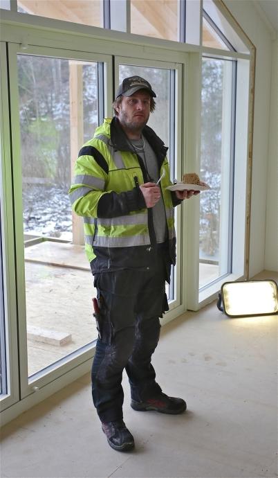 17 februari 2017 - Byggmästarn Tomas från Västra Värmlands Bygg & Anlägg kunde stolt visa upp nya klubbstugan.