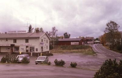 1991 - Töcksfors elektriska och Biblioteket. I bakgrunden Töcksfors gamla centrum med nya mataffären Spargrisen.