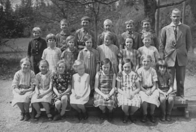 Folkskolläraren Gösta Hansson med sina elever. Foto : okänd