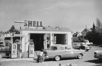 1964/1965 - Ingalill Östlind, som arbetade på Shell, tankar Lars-Gunnars bil.