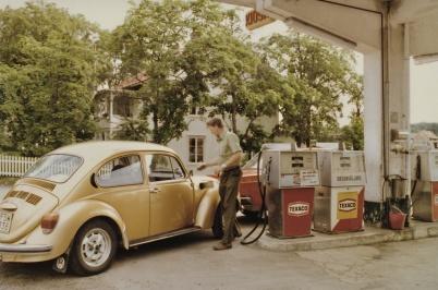 Mats Sjöstedt, som arbetade på Texaco,  tankar bilen för en kund.