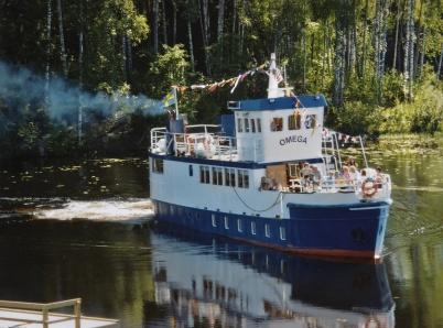 Passagerarbåten OMEGA lägger till vid kanalbryggan, nedanför Shoppingcentret.