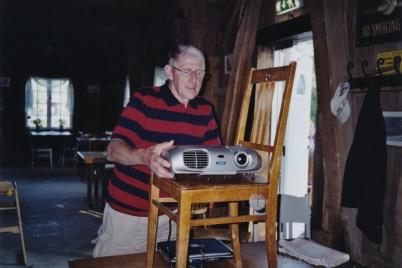 2005 - Bengt Erlandsson förbereder bildvisning i Kvarnen.