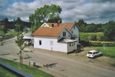 2004 - Huset där Waterside finns idag. Tidigare fanns bl a butiken Skohörnan i lokalen.