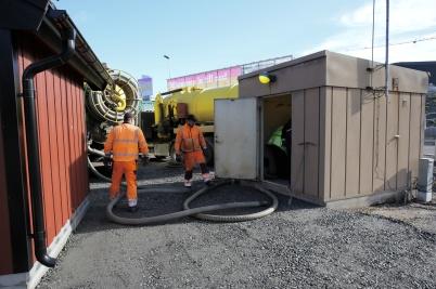 Två slamsugningsbilar tog hand om avloppsvattnet från Töcksforsborna, under tiden som nya pumpstationen driftsattes. Detta för att inte få läckage av orenat avloppsvatten ut i kanalen.