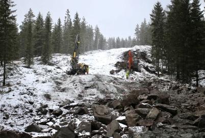 4 januari 2018 - På Joarknatten uppe på norska sidan gränsen spränger man berg för vägar i nya vindkraftsparken.