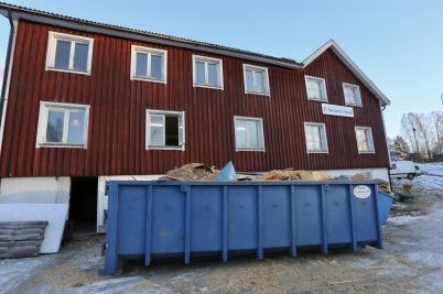 8 januari 2018 - Ombyggnaden av gamla Second hand huset på Hyttevägen startade. Här skall det bli lägenheter.