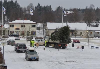 15 januari 2018 - Julgranen på torget i Töcksfors hade gjort sitt och påbörjade sista resan.