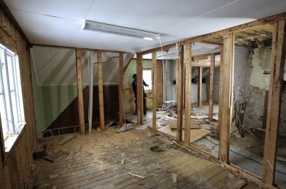 17 januari 2018 - I gamla Second hand huset på Hyttevägen påbörjades den inre rivningen, som ett första steg inför bygget av lägenheter.