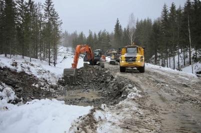 24 januari 2018 - Vid Joarknatten på gränsen fortsatte arbetet med bygget av anläggningsvägar för vindkraftsparken.
