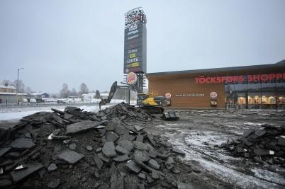 24 januari 2018 - Och vid Töcksfors shoppingcenter rev man upp asfalt.