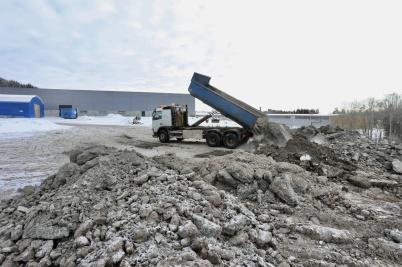 5 februari 2018 - Sten- och jordmassor från bygget vid shoppingcentret tippades på Källhultets industriområde, för att bli ny industrimark.