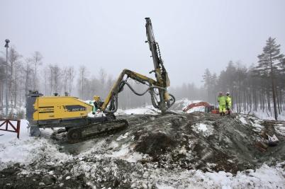 12 mars 2018 - Och vid Kölen sport-center sprängde man för ny väg till Högås vindkraftspark.